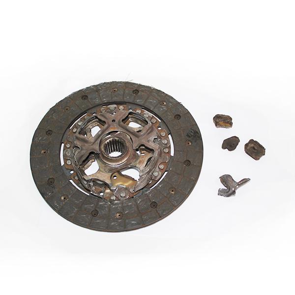 Разрушение демпферных пружин на диске сцепления.